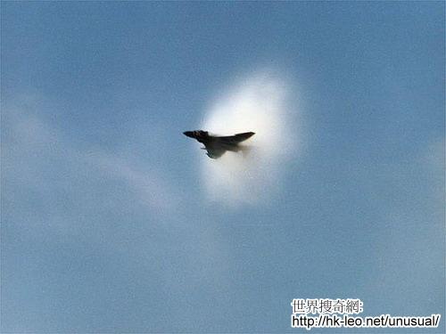 飞机突破音障的瞬间照片